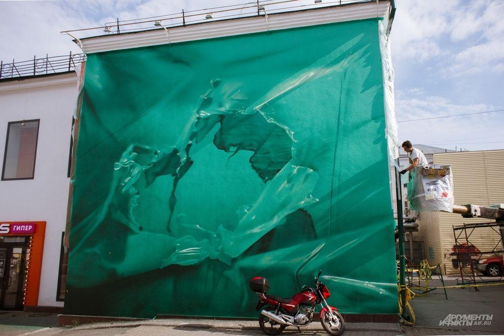 Работа в стиле гиперреализма от московского художника Данилы Шмелева на улице 8 Марта, 8Б. На снимке художник почти закончил работу, добавляя последние штрихи.
