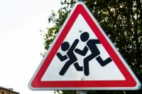 Чтобы избежать трагедии, родителям нужно пройти по двору и показать детям  «дорожные ловушки»