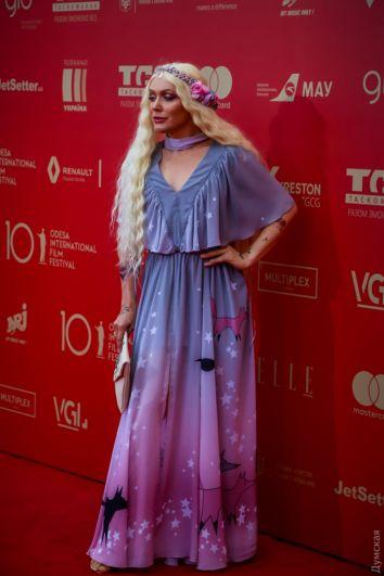 Фея из детских снов или все же ночной кошмар? Транс-дива Монро выбрала для кинофестиваля крайне странный наряд - венок и парик, будто бы из сказки и платье с нарисованной лисичкой. Это, конечно, очень мило на детском празднике и Монро бы завоевала там популярность, но на кинофестивале такое платье смотрится крайне странно. Хотя в караване платьев-халатов, ночнушек и топлесс, наверное, вписывается идеально.