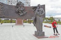 Площадь Защитников Неба– наэтом месте вначале Великой Отечественной был сбит первый фашистский самолёт, пытавшийся прорваться кстолице.