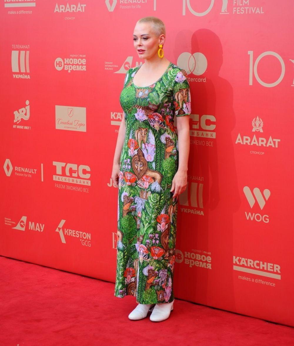 """Начнем мы наш обзор с голливудской звезды, которая в этом году прибыла на Одесский кинофестиваль. Правда, мало кто узнал знаменитость - короткая стрижка и просто кричащее платье, похожее на пляжный сарафан буквально """"слились"""" с безвкусицей остальных гостей. Эх, Роуз, а где же голливудский шик?"""