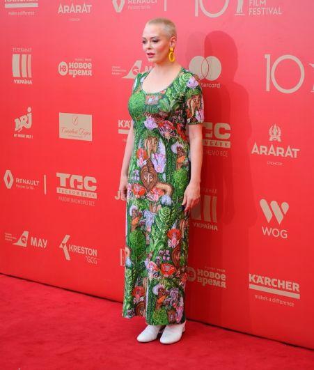 Начнем мы наш обзор с голливудской звезды, которая в этом году прибыла на Одесский кинофестиваль. Правда, мало кто узнал знаменитость - короткая стрижка и просто кричащее платье, похожее на пляжный сарафан буквально