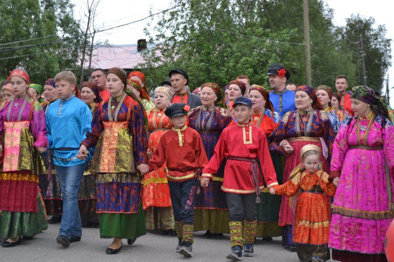 По традиции «Горку» водили до трёх раз в день. А девушки трижды меняли наряды в течение игрового дня.
