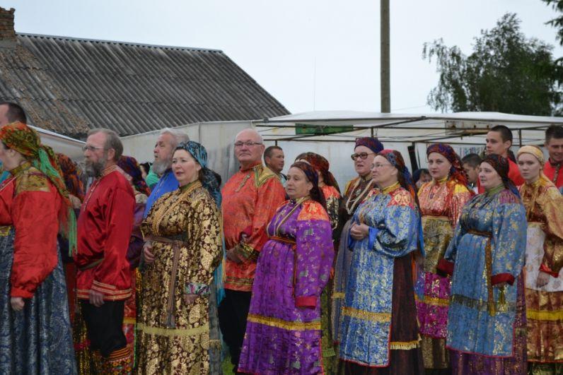 Корни этого праздника произошли от архаичного представления и языческого поклонения людей солнцу - «яриле-божеству». Люди собирались за деревней на возвышенности и встречали солнце с песнями и хороводами.