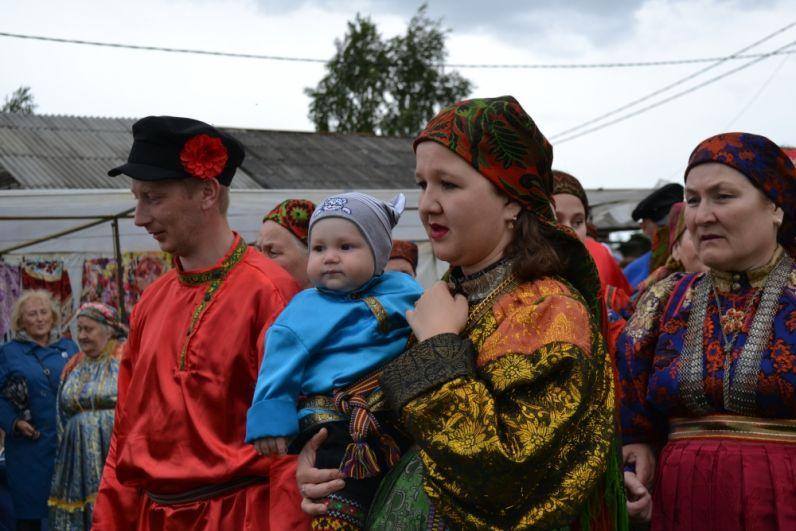 На «Горке» собираются жители разных возрастов, включая детей и стариков. В древности участники проигрывали все семь обязательных ритуальных фигур в строгой последовательности: «столбы», «круг», «на две стороны», «на четыре стороны», «вожжа», «плетень», «плясовая».