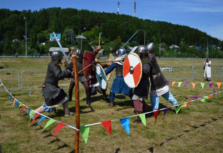Средневековые рыцари в тяжелых кольчугах сражались на мечах.