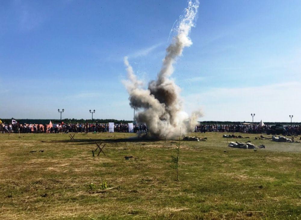 Взрывались мины, окатывая зрителей горькой волной пепла, пыли и пороха, стреляли пушки, автоматы. Грохот стоял как на настоящем поле боя!
