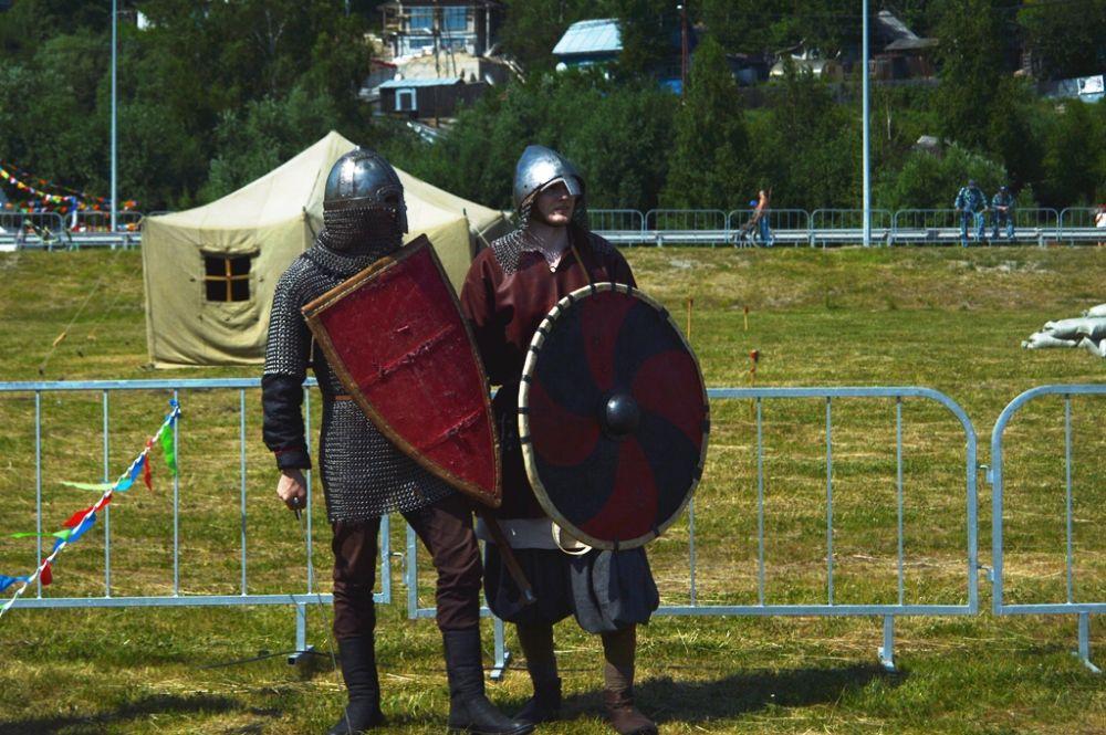 Более 100 участников воссоздали боевые сцены Средневековья, Великой Отечественной войны, войны в Афганистане и современности.