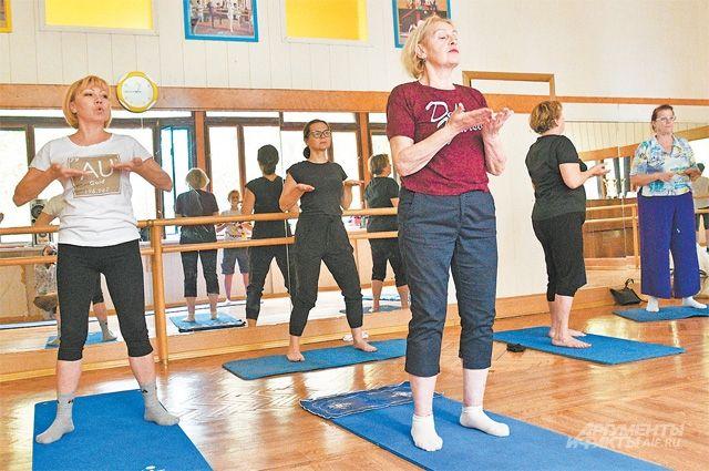 На занятиях гимнастикой цигун царит расслабляющая атмосфера.