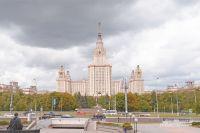 В главном здании МГУ студенты не только учатся, но и живут в общежитии.