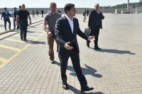 Президент Украины Владимир Зеленский во время посещения Одесского морского порта.