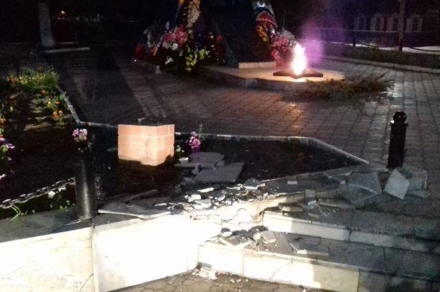 В Абдулино пьяный водитель врезался в Вечный огонь