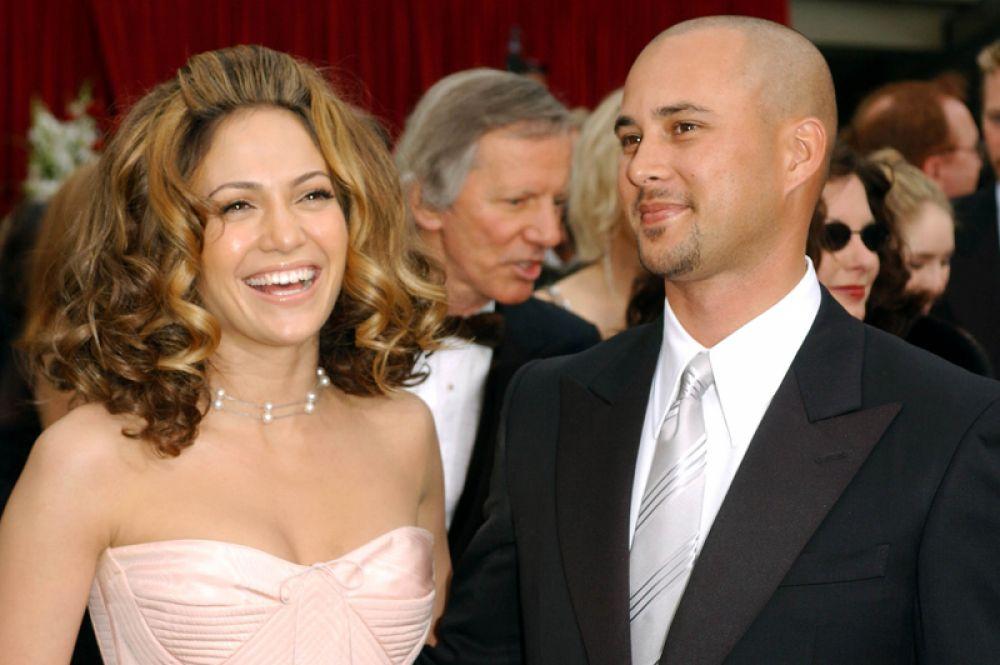 После расставания с Комбсом, Лопес начала встречаться с танцором Крисом Джаддом и в 2001 году вышла за него замуж. Брак продержался чуть меньше года.