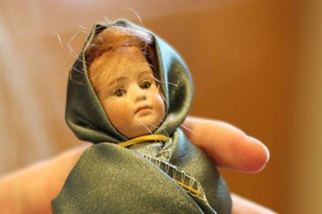 Эту куклу прижимала к себе девочка, пострадавшая во время обстрела. Она чудом осталась жива.