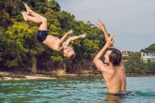 Чтобы летние каникулы не пошли кувырком, не нужно заниматься самолечением детей. Вызывайте врача.