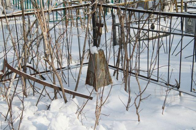 После расправы мужчина вывез труп на санках на кладбище и закопал в снегу.