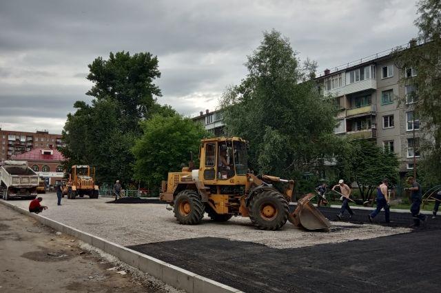 У омской школы напротив ж/д вокзала высадят деревья и обустроят парковку