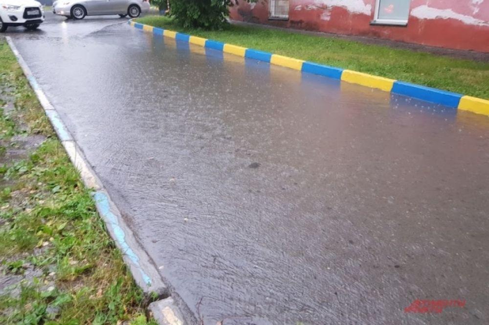 Вода разлилась огромными ручьями по Тульскому мосту, улицам Ипподромская, Немировича-Данченко, Восход, Троллейная, а также по внутренним дворовым улицам.