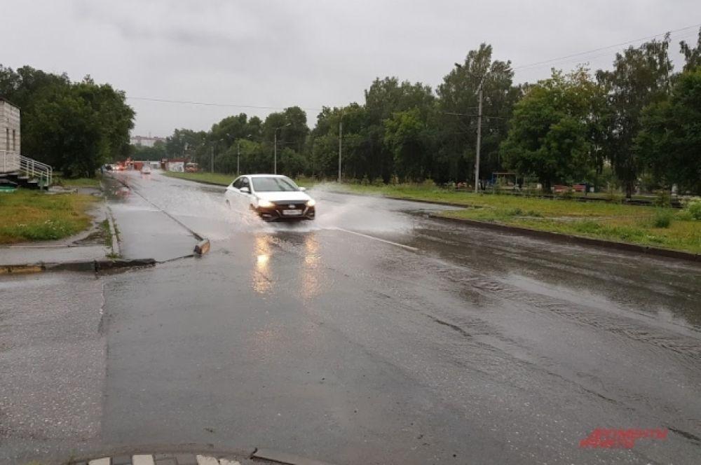 Автомобили проезжали по дорогам, разбрасывая брызги по обе стороны, обливая потоками воды соседние машины и недовольных пешеходов.
