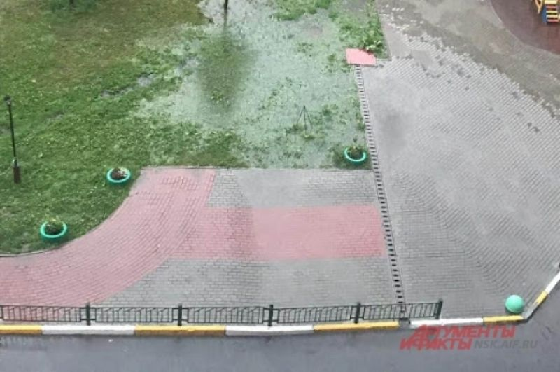 Затопил ливень и придомовые территории, дворы, газоны и выложенные плиткой участки.