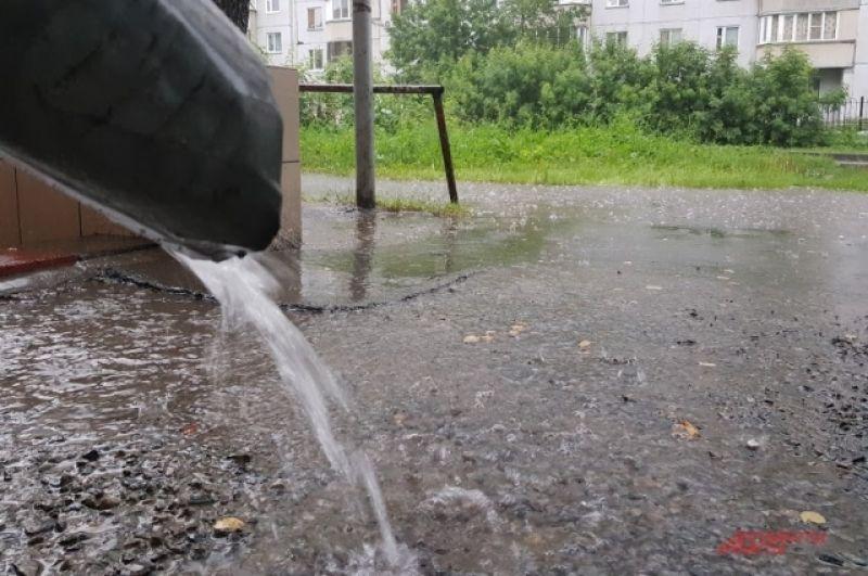 Вода лилась мощными потоками из водосточных труб и били фонтанами из ливневок на дорогах.