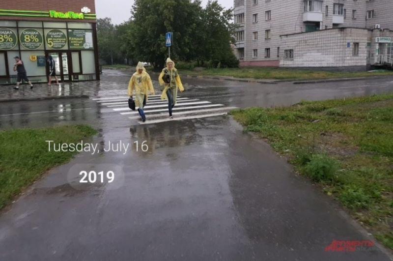 Новосибирцы спасались при помощи зонтов, дождевиков и резиновых сапог, но, увы, не всем удалось остаться сухими после буйства стихии.
