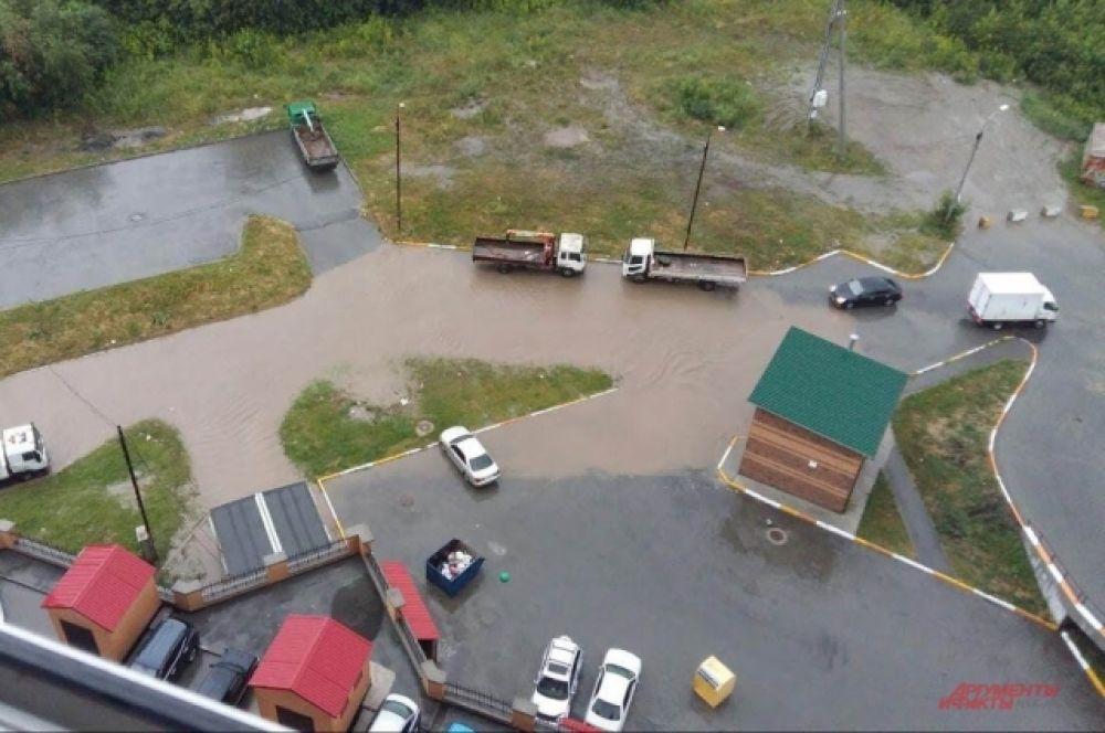 Под «слоем» воды оказались парковки, стоянки, детские площадки с аттракционами.