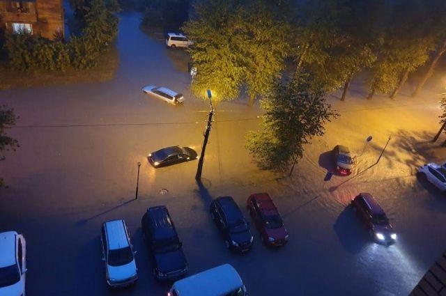 В некоторых районах города дождь начался около четырех часов дня, в других — в шестом часу вечера, а полностью завершился только в двенадцатом часу.