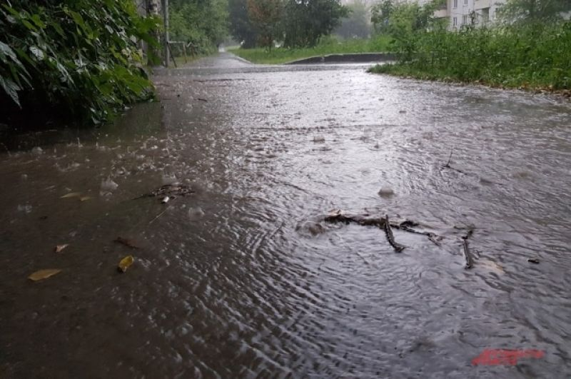 Ливень залил проезжие части и пешеходные переходы, тротуары, подходы к подъездам. Вода поднялась вровень с бордюрами.