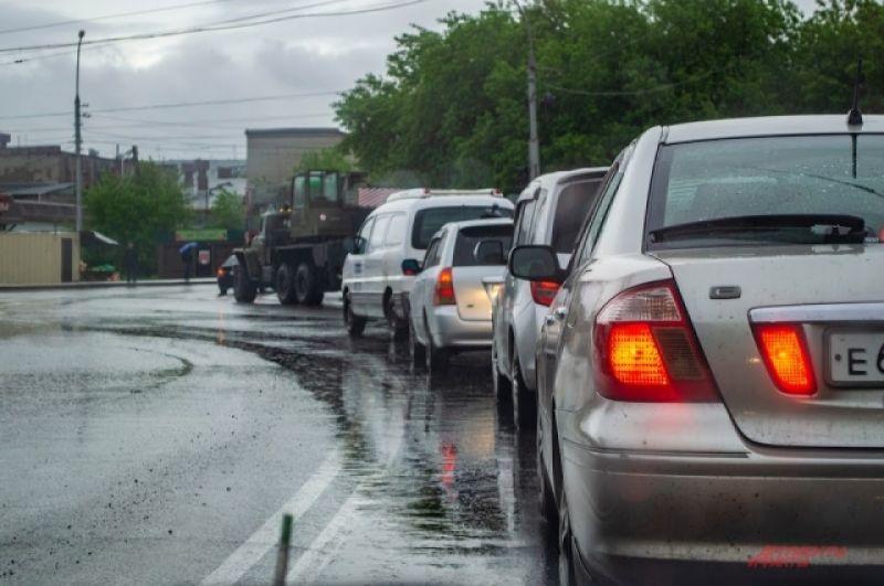 Из-за ливня на дорогах по всему городу образовались многокилометровые автомобильные пробки.