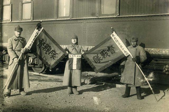 Бойцы РККА с захваченными гоминьдановскими знамёнами Чжан Сюэлянa.