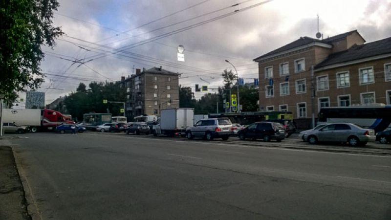 Затор растянулся в сторону Затулинского жилмассива, в направлении улицы Станиславского, в сторону Октябрьского моста
