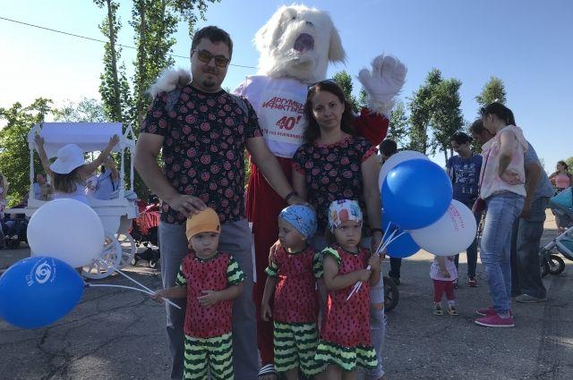 На первом празднике близнецов в Иркутске собралось больше сотни пар двойняшек разных возрастов., были и маленькие тройняшки.