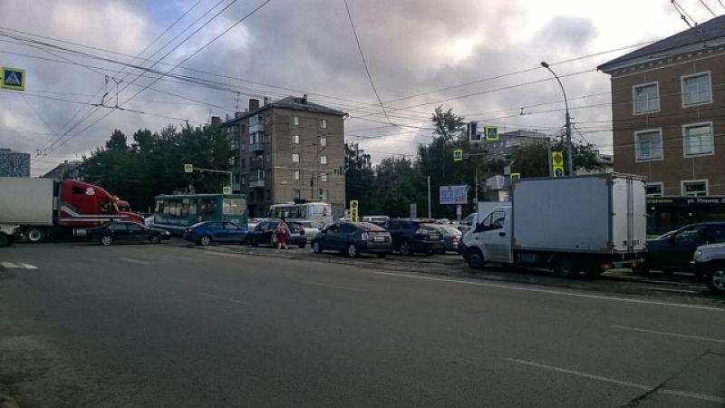 На пересечении улиц Немировича-Данченко и Сибиряков-Гвардейцев не работал светофор
