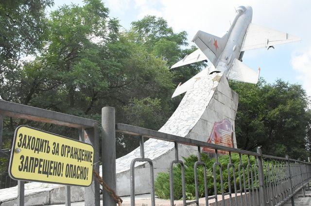 Монумент «МИГ-21», установленный на деньги офицеров Качинского училища, разрушается на глазах.