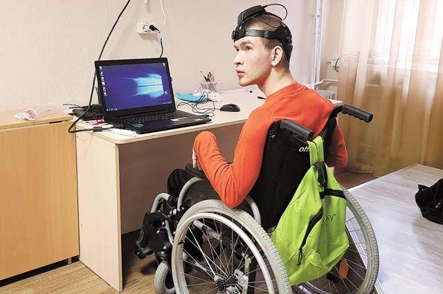 20-летний Михаил учиться общению через Нейрочат.