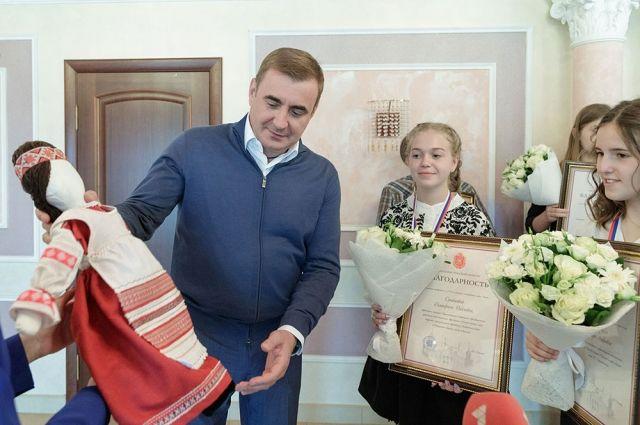 Губернатор вручил победителям благодарности, а они ему – подарки, сделанные своими руками.