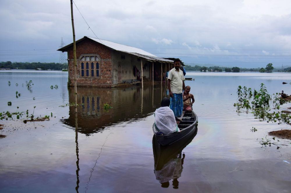 Эвакуация жителей затопленной деревни в районе Нагаон в штате Ассам.