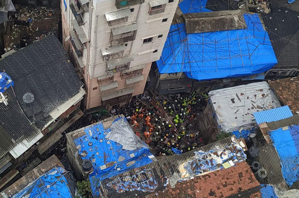 Спасатели ищут выживших под обломками обрушившегося в результате подтопления здания в Мумбаи.