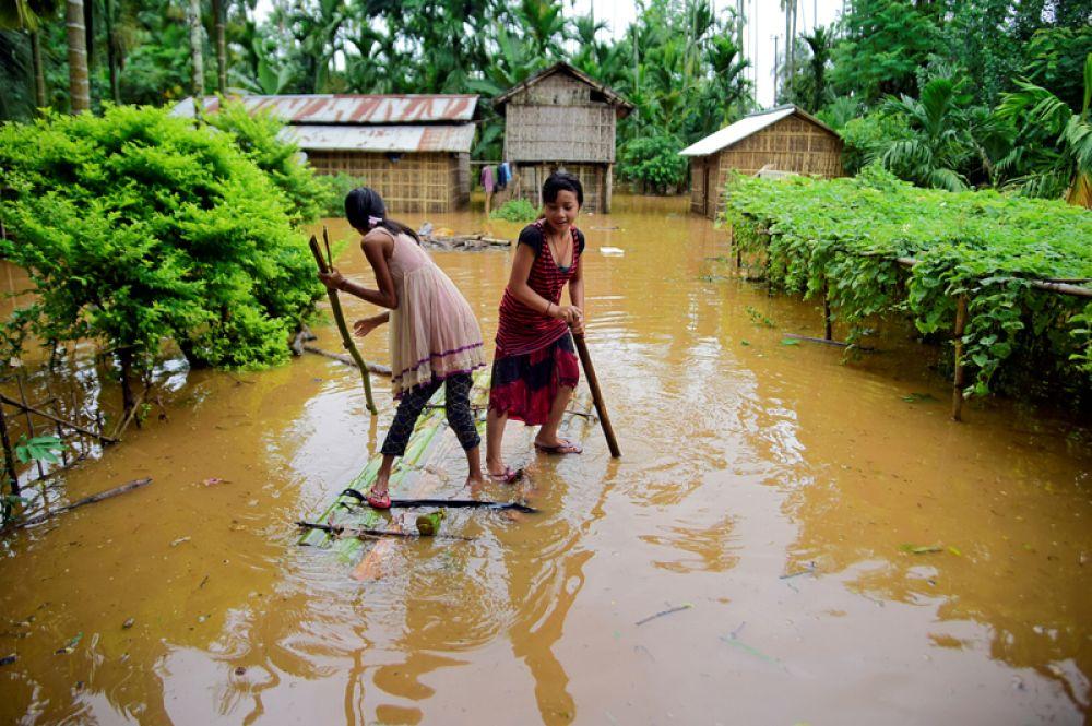 Женщины на самодельном плоту в районе Карби Англонг в штате Ассам.