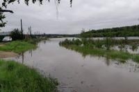 Сейчас восстанавливают пострадавшие от воды участки дорог и мостов, ведущие в пять населенных пунктов района – Березова, Петракова, Усть-Березовка, Комсомольский и Сюзьва.