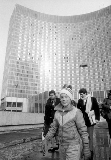 Американский 9-летний школьник из Лос-Анджелеса Брэд Корреа, находящийся в СССР с миссией мира, возле гостиницы «Космос», 1988 год.