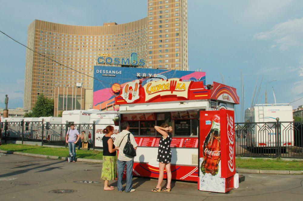 Москвичи у палатки перед гостиницей «Космос» на проспекте Мира в Москве, 2011 год.