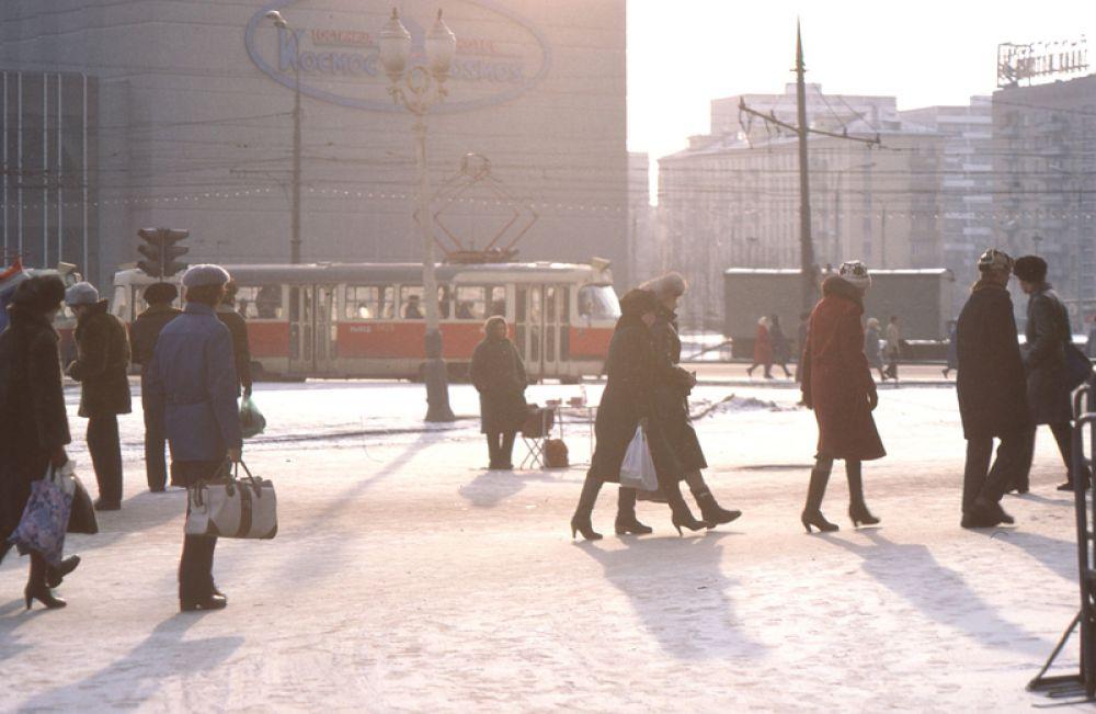 Костиница «Космос», вид от метро «ВДНХ», 1984 год.