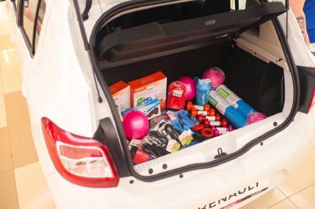 Больше 50 подарков из багажника «спортивного» автомобиля получили тюменцы