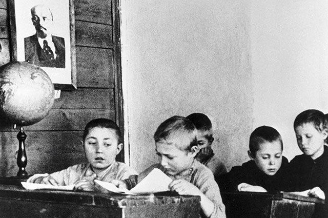 Ученики за партами на уроке в сельской школе, 1928 г.