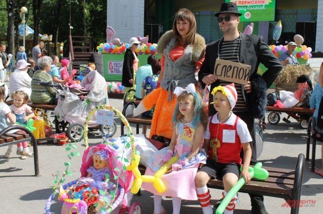 Традиционный парад колясок в парке Горького.