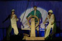 Чтобы зритель видел лица актёров, на сцене включают лобовой свет.