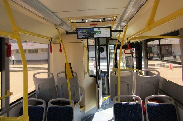 Автобус остановили на Средней дамбе, пассажиров попросили выйти.