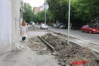 Неудобства вынуждены терпеть не только автолюбители, но и пешеходы.